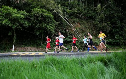 梅嶺國際半程山地馬拉松賽開跑