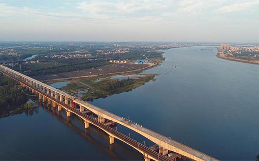 南昌至赣州铁路客运专线泰和特大桥顺利合龙