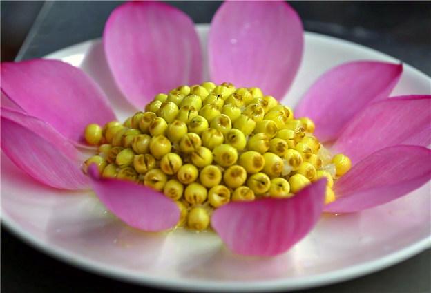 研制出葵花蓮子等100多種白蓮菜肴
