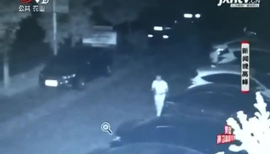 萍乡:白衣男子深夜疯狂刮车