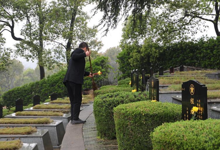 父子接力守護烈士陵園60余年