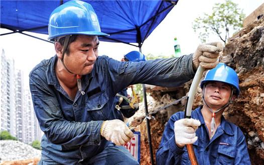高溫下的搶修工人:汗水換來百姓平安度夏