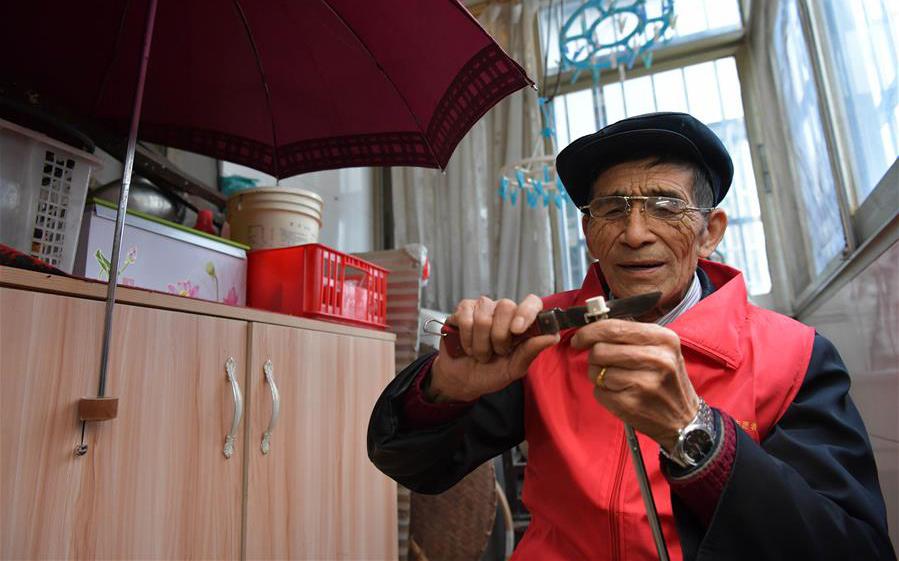 """古稀老人與他的""""愛心傘"""""""