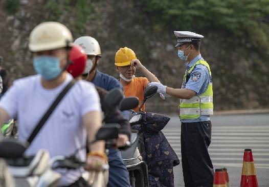 """江西新余:""""一盔一帶"""" 安全常在"""