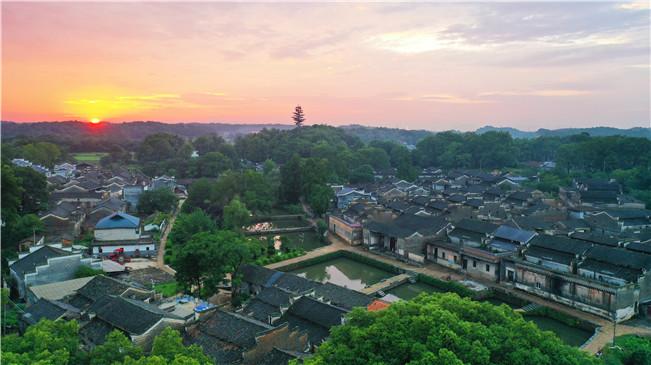 江西吉州:古村池塘映彩霞