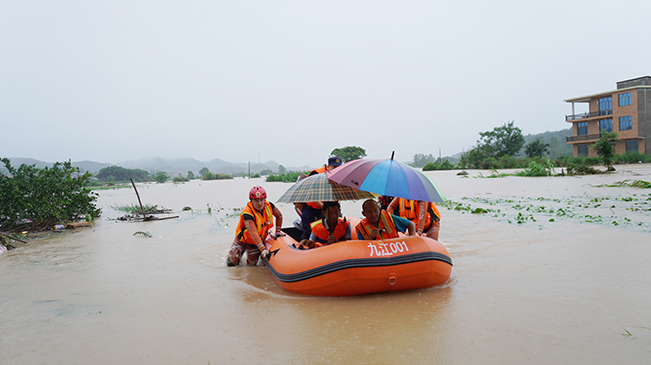 洪水圍困村莊 消防員推著船來了