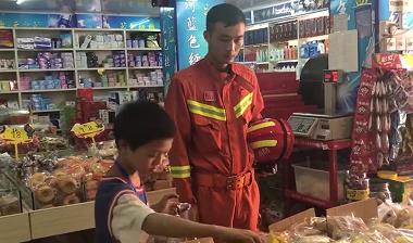 男孩被困陽臺 消防員成功解救又給買餐食