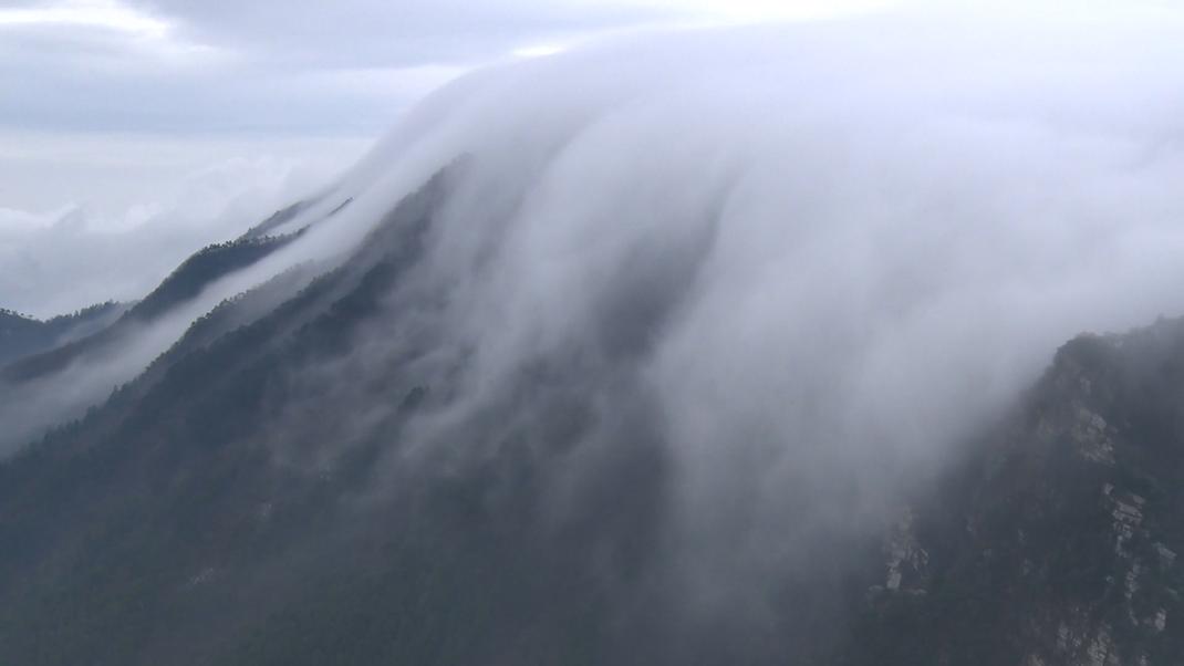大氣磅薄!廬山現今冬首場瀑布雲奇觀