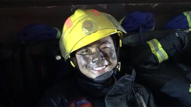 """致敬!最帥的""""黑臉""""消防員"""