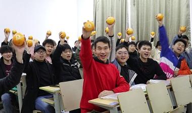 超暖心!江西一高校送考研學生臍橙禮包