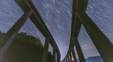 別眨眼 帶你看高架橋上的星空有多美