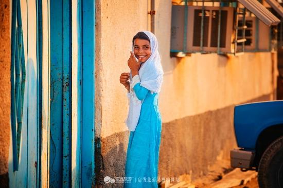 我在伊朗长大。摄影/小虎牙   伊朗裔女作家Marjane Satrapi的成名作《我在伊朗长大》(Persepolis),改编成电影后,获得当年法国票房前十、观众评价前十、媒体评价前十的荣誉。故事虽然离我们很遥远,但依旧击中心灵,并非为了远方的战火,而是我们回不去的故乡。   你从哪来?伊朗。   抛开革命、宗教、战争、政治、女性主义等等这样一些特定的背景,这只是简简单单的关于一个女孩成长经历的动画电影,是每个女孩的长大过程都可以写出的故事。   然而有了以上种种复杂微妙的背景,她的经