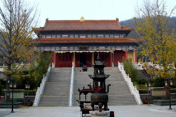 朋友,您知道中国江北最大的佛教寺院在哪里吗?听京城民族宗教界的朋友介绍说,在青岛,是青岛的灵珠山菩提寺。   一个周末,和朋友们兴冲冲地赶往青岛灵珠山街道,在青岛小珠山风管委一位导游的陪同下走进了被峰峦和森林环抱的灵珠山菩提寺。这是一个十分美丽的地方,幽静怡然,梵音缭绕,是人们心中的一片净土。    导游,一位干练的小伙子。他告诉我们,灵珠山菩提寺位于青岛市黄岛区灵珠山街道办事处辖区内,占地80多亩,主殿有山门殿、天王殿、大雄宝殿、藏经阁、观音殿、舍利塔、钟鼓楼等建筑面积8000平方米,是江北最大的